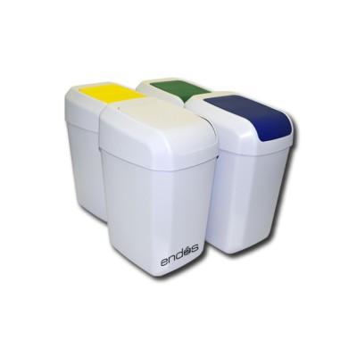 Cubos de basura de color blanco con tapas de diferentes colores para la clasificación de los residuos