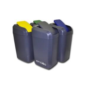 Cubos de basura de color gris con tapas de diferentes colores para la clasificación de los residuos